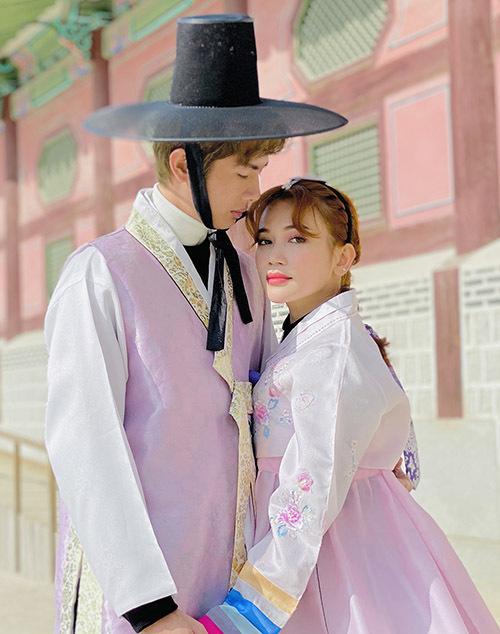 Sĩ Thanh - Huỳnh Phương diện hanbok hoá thân một đôi uyên ương người Hàn Quốc.