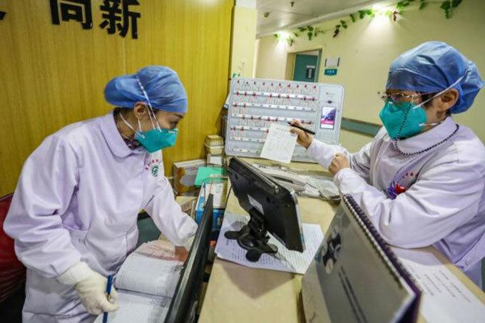Nhân viên y tế làm việc suốt ngày đêm ở các bệnh viện khắp Vũ Hán. Ảnh: Time.