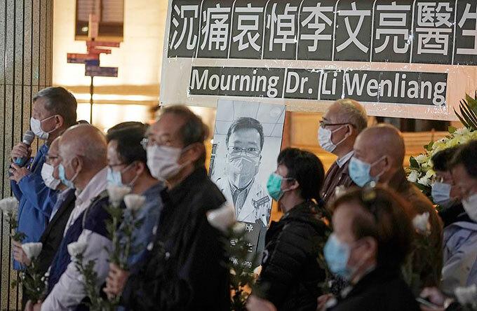 Người dân Hong Kong tưởng niệm bác sĩ Lý Văn Lượng hôm 7/2. Ảnh: Reuters.