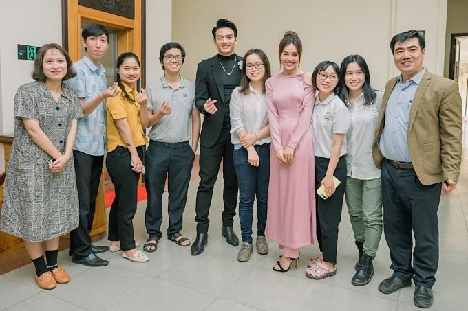 Nhiều khán giả chụp ảnh kỷ niệm cùng đoàn phim. Sau buổi giao lưu ở UBND tỉnh Thừa Thiên -Huế, êkíp tiếp tục có các buổi giao lưu tại bốn rạp chiếu phim tại đây.