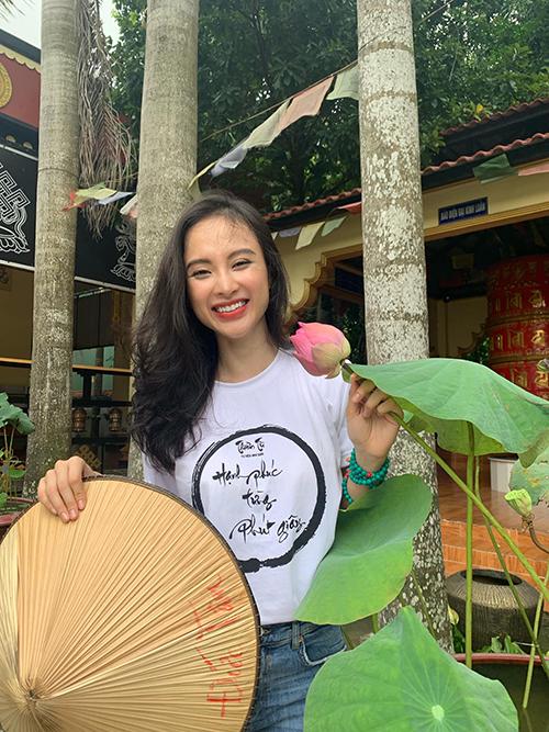 Sau hai năm ăn chạy và tham gia các khoá tu tập, tu thiền tại Củ Chi, Angela Phương Trinh có nhiều thay đổi về thói quen và cuộc sống. Ngay cách chọn lựa trang phục đời thường của cô cũng khác hẳn với trước đây.