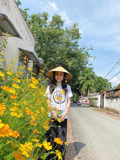 Áo thun thiền từ trông màu đơn sắc được Angela Phương Trinh luôn sử dụng khi tham gia các khoá tu tại Quan âm Tu viện và sử dụng hàng ngày.