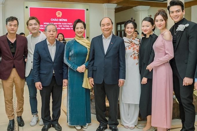 Đoàn phim vinh dự nhận lời chúc mừng về thành công của bộ phim từ Thủ Tướng Nguyễn Xuân Phúc nhân dịp ông có chuyến công tác tại Huế.