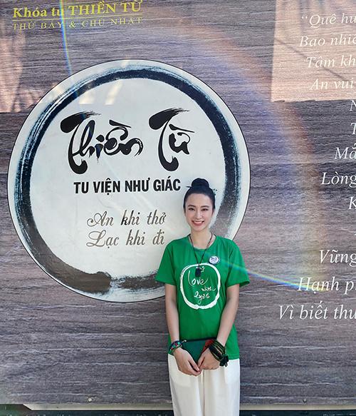 Khi không tham gia các sự kiện của showbiz Việt, Angela Phương Trinh dành nhiều thời gian cho các khoá tu thiền tổ chức tại Củ Chi (TP HCM).
