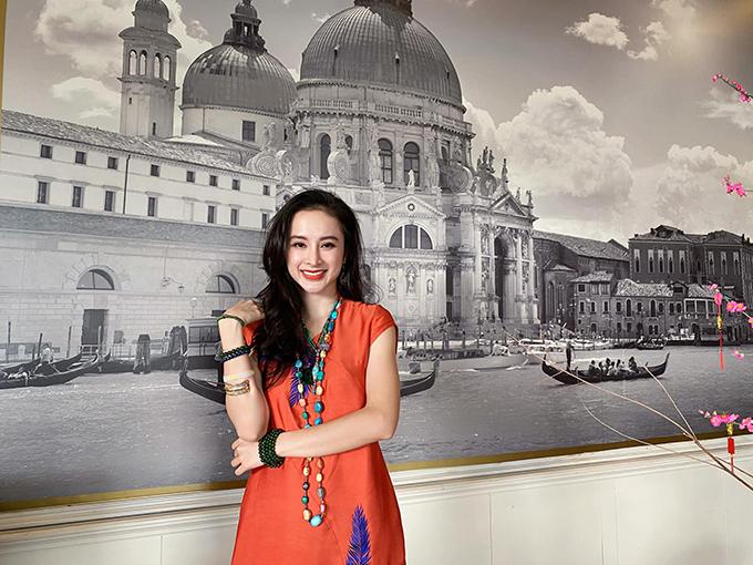 Khi không lăng xê áo thun 80 nghìn, Angela Phương Trinh cũng chọn trang phục vô cùng đơn giản để chưng diện. Nó khác biệt hoàn toàn với hình ảnh sexy, cá tính khi khoe ảnh street style của cô trước đây.
