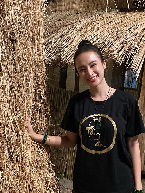 Áo thun thiền từ với nhiều sắc màu được Angela Phương Trinh sử dụng mọi lúc, mọi nơi. Nó vừa mang lại sự thoải mái và chứa đựng những thông điệp ý nghĩa về cuộc sống.