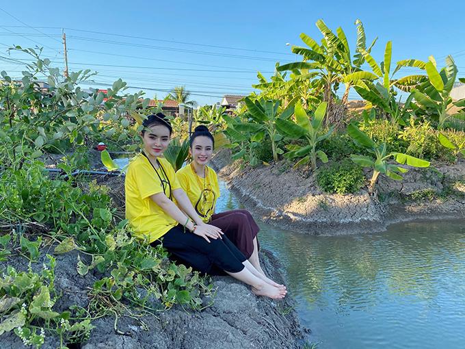 Chị em Angela Phương Trinh cùng chọn áo thun thiền từ làm trang phục Tết khi về thăm quê nội.
