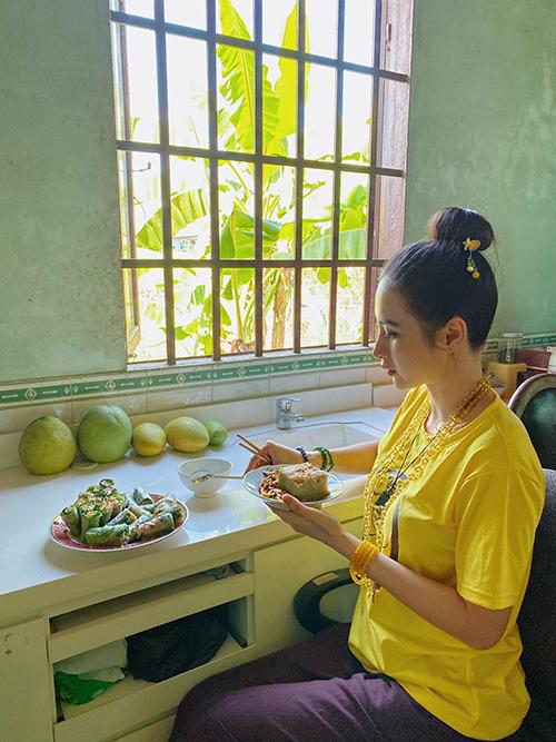 Các mẫu áo thun kiểu dáng đơn giản được thiết kế trên nhiều sắc màu. Ngoài gam trắng và nâu, Angela Phương Trinh còn chọn thêm những tông màu nổi bật như xanh, vàng, blue.