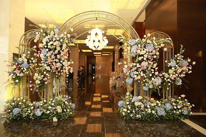 Cổng chào ở tiệc cưới được dựng bởi khung sắt mỹ thuật, được tô điểm với các chùm hoa đối xứng và các dải pha lê.Tiệc cưới tối nay của cặp đôi 24 tuổi có quy mô khoảng 450 khách mời, trong đó có các sao hạng A showbiz gồm: Đàm Vĩnh Hưng, Trịnh Thăng Bình. Ngoài ra, dàn khách mời còn có các cầu thủ thân thiết với Duy Mạnh.