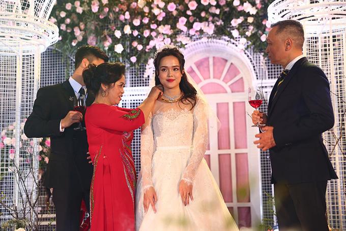Mẹ Duy Mạnh trao cho con dâu kiềng cổ bằng vàng làm quà.