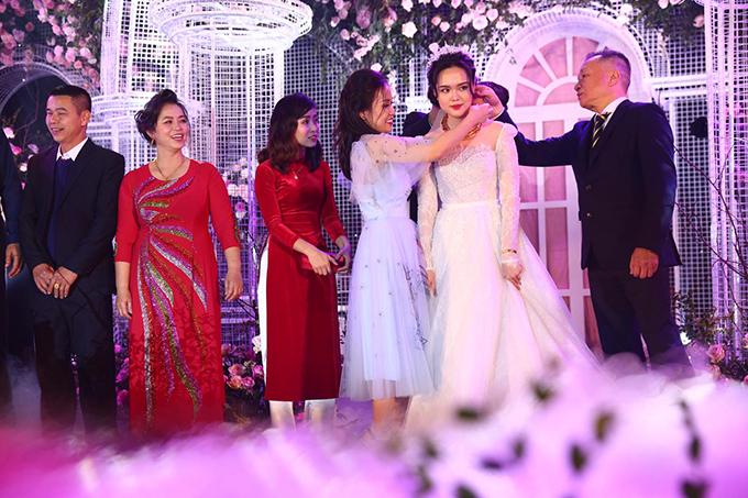 Chị dâu của Quỳnh Anh tiếp tục trao em một kiềng cổ bằng vàng.