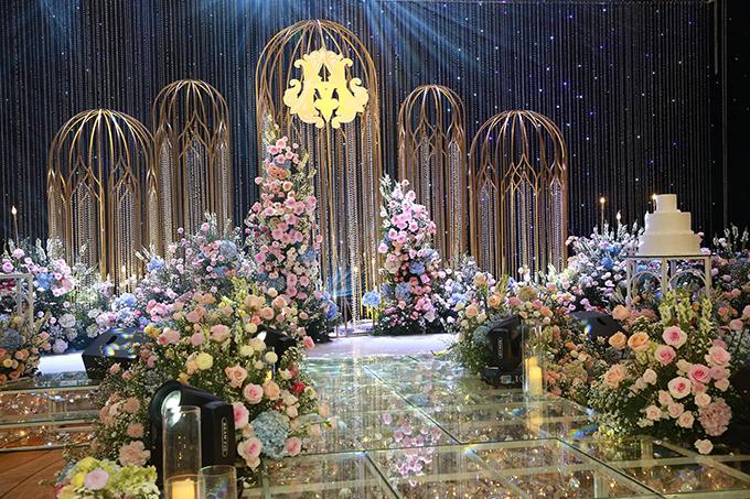 1 tháng là thời gian mà cặp 9X chuẩn bị cho đám cưới của mình. Yêu thích sự sang trọng, kỳ ảo của những hôn lễ cổ tích phương Tây, cô dâu chú rể đã lựa chọn phương án đem 500.000 viên pha lê cao cấp để trang trí tiệc cưới, giúp tạo nên bản giao hưởng ánh sáng.