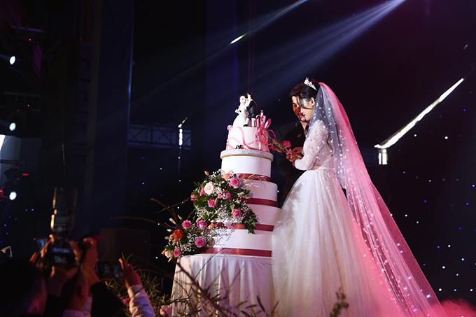 Sau đó trải qua các trình tự của một đám cưới thông thường gồm rót rượu, cắt bánh.
