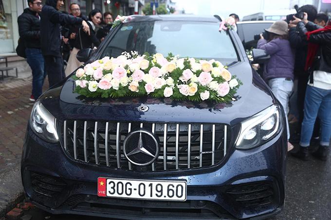 Trong ngày trọng đại, chú rể đã chọn chiếc xe Mercedes mới tậu có giá 3 tỷ đồng để đón dâu.