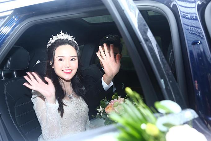 Cặp 9X còn diện trang phục cưới đều từ NTK Chung Thanh Phong. Cô dâu còn được mẹ tặng dây chuyền trị giá 34.200 USD (hơn 792 triệu đồng) trong lễ vu quy.
