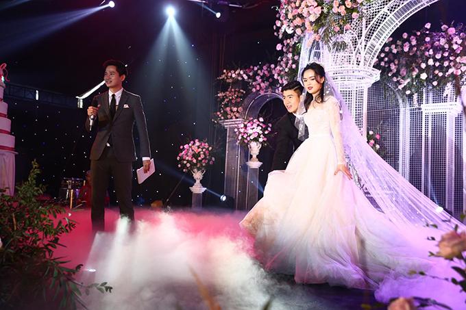Khi bước lên sân khấu, chú rể liên tục giúp cô dâu nâng váy cưới, tránh vấp ngã. Hành động ga-lăng của Duy Mạnh được thể hiện thường xuyên từ lúc cử hành lễ vu quy tới tiệc cưới.