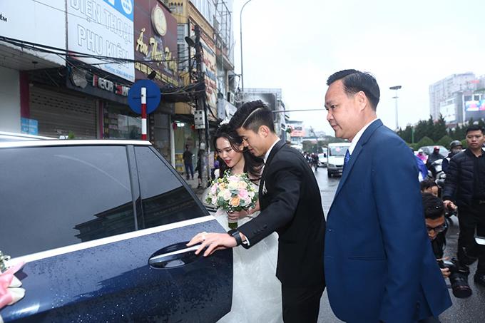Chú rể ân cần giúp vợ lên xe hoa để về Đông Anh cử hành tiệc cưới bên nhà trai.