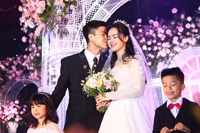 Trước 1.300 khách mời, Duy Mạnh liên tục thể hiện tình cảm với cô dâu Quỳnh Anh.