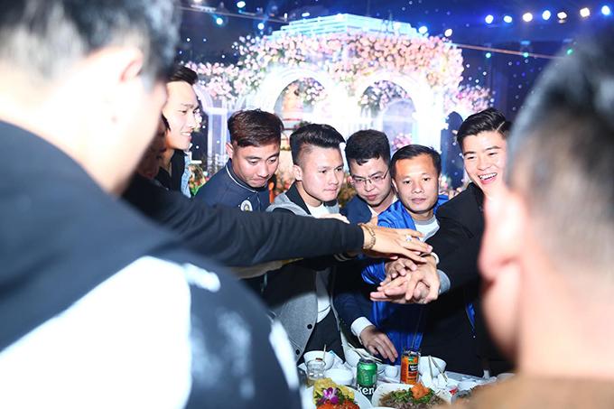 Duy Mạnh tới bàn tiệc của Quang Hải (áo ghi), Thành Lương (áo xanh) để cảm ơn. Anh cùng cô dâu Quỳnh Anh di chuyển liên tục tới 130 bàn tiệc để chào hỏi khách mời.