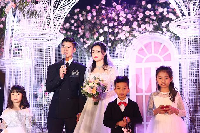 Cặp vợ chồng 24 tuổi dành lời cảm ơn tới bố mẹ, tất cả khách mời đã cùng tới chung vui tại đám cưới.