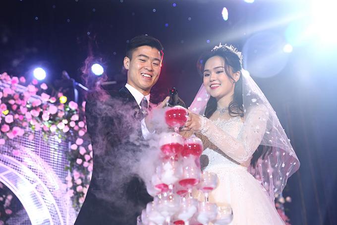 Trưa9/2, trung vệ CLB Hà Nội Duy Mạnh và cô dâu Quỳnh Anh đã tổ chức tiệc cưới dành cho khách nhà trai tại sân bóng Giao Tác, Đông Anh, Hà Nội.