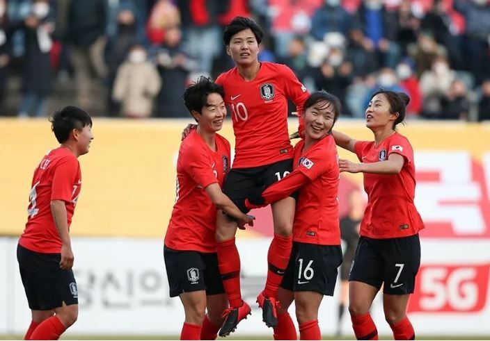 Ji So-Yun (số 10) được đồng đội công kênh khi phá lưới Việt Nam. Ảnh: AFC.