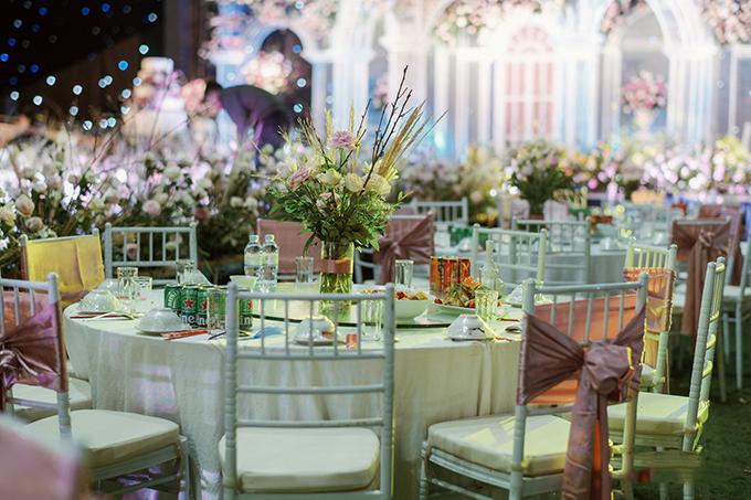 Cặp 9X chọn bàn tròn, ghế Chiavari thắt nơ hồng cho không gian tiệc.