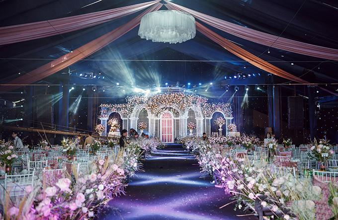 Toàn cảnh hội trường cưới phía bên trong. Không gian cưới với triệu đoá hồng của Duy Mạnh liên tục thay đổi theo ánh sáng.
