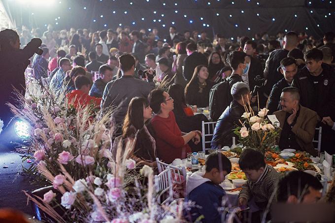 Tại buổi tiệc, gia đình chú rể không đưa ra quy định gì về trang phục, đồng thời khách mời được tự do tường thuật, livestream, chụp ảnh tại đám cưới. Tuy nhiên, trước khi nhập tiệc, 100% khách phải rửa tay sát khuẩn để phòng chống bệnh do nCoV gây ra.