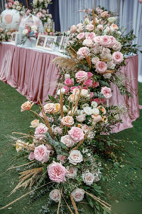 Cạnh bàn tiếp tân là rất nhiều hồng Đà Lạt, cỏ lau.