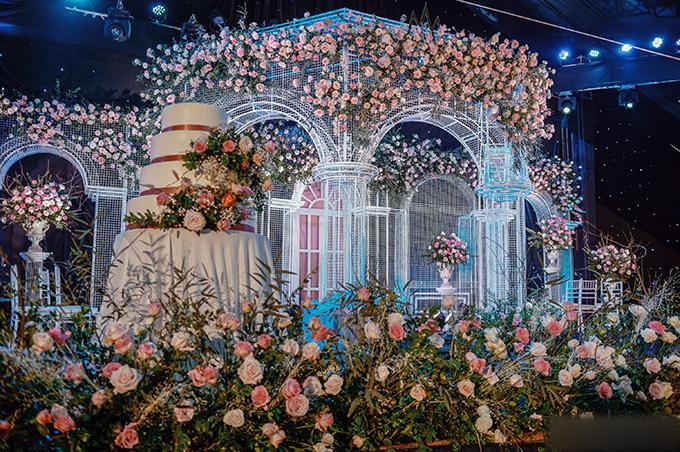 Sau tiệc trưa, tối cùng ngày, Duy Mạnh - Quỳnh Anh tiếp tục cử hành tiệc cưới tối với khách mời chủ yếu bên nhà gái tại JW Marriot - nơi uyên ương lần đầu gặp gỡ. Không gian tiệc tối nay được hứa hẹn là một bữa tiệc ánh sáng với 500.000 viên pha lê, có sự góp mặt của 450 khách mời, gồm nhiều ngôi sao ca nhạc như Đàm Vĩnh Hưng, Trịnh Thăng Bình và các tuyển thủ của đội tuyển bóng đá nam Việt Nam.