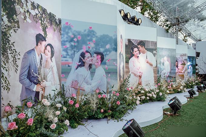 Lối vào hội trường cưới được bày biện bởi 3 bộ ảnh chụp tại studio, phim trường ngoài trời ở Đông Anh của cặp vợ chồng.