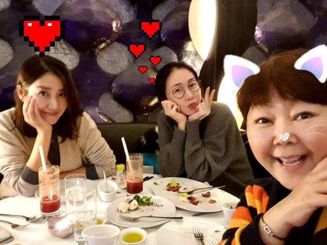 Choi Ji Woo (giữa) gặp gỡ bạn bè.