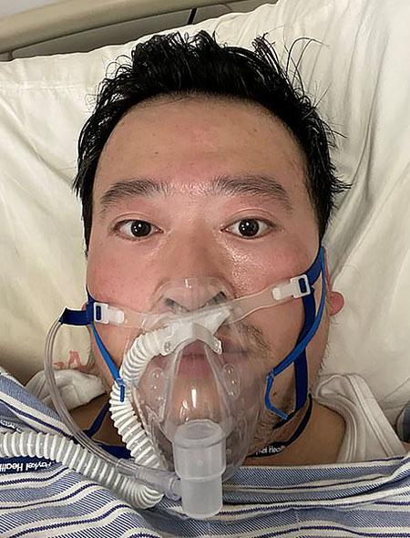 Bác sĩ Lý Văn Lượng trong những ngày chiến đấu chống lại căn bệnh viêm phổi cấp. Ảnh: AFP.
