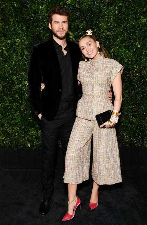 Liam Hemsworth và Miley Cyrus tình tứ chụp ảnh tại tiệc tiền Oscar 2019, khi mới kết hôn được hai tháng.