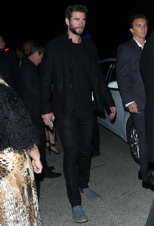 Liam Hemsworth cũng có tâm trạng vui vẻ khi đến. Anh đi một mình dù đang hẹn hò người mẫu Gabriella Brooks.