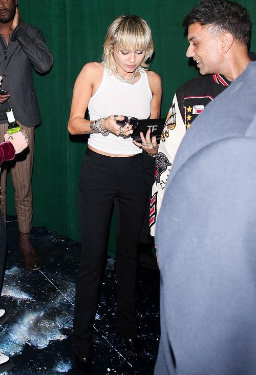 Miley cũng không đi cùng bạn trai vì ca sĩ Cody Simpson bận dự một sự kiện khác.