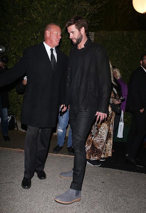 Liam lặng lẽ rời đi. Một năm trước, anh và Miley vẫn còn hạnh phúc bên nhau tham dự các sự kiện của Oscar. Cặp sao giờ đã chính thức ly hôn từ ngày 28/1.