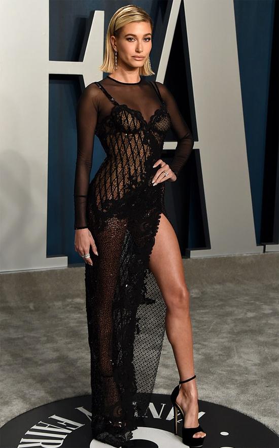 Hailey Bieber cũng là một trong những người đẹp thu hút sự chú ý vì phong cách sexy tại tiệc mừng lễ trao giải.
