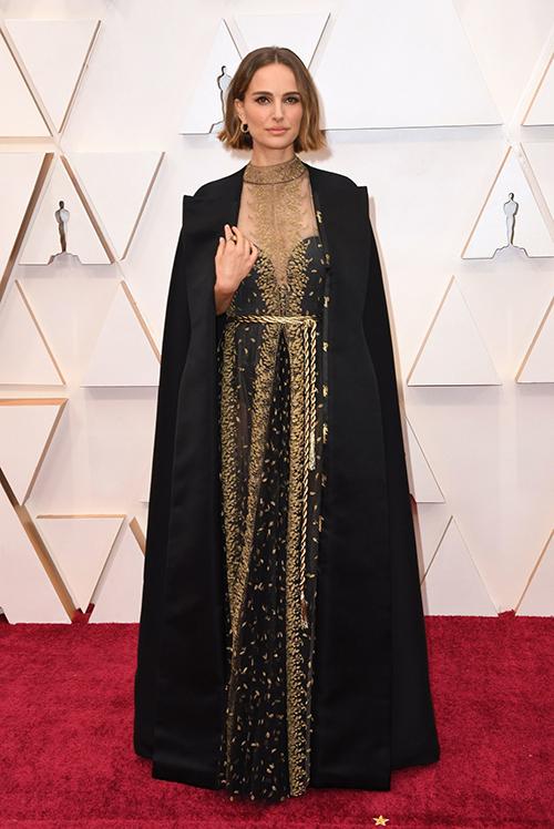 Giữa hàng trăm minh tinh, nghệ sĩ tề tựu trong lễ trao giải điện ảnh danh giá nhất của Mỹ tối 9/2, Natalie Portman gây ấn tượng bởi thần thái kiêu sa khi diện thiết kế Dior Haute Couture sang trọng.