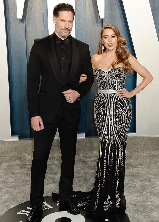 Nữ diễn viên Sofia Vergara đến bữa tiệc cùng chồng - nam diễn viên Joe Manganiello.
