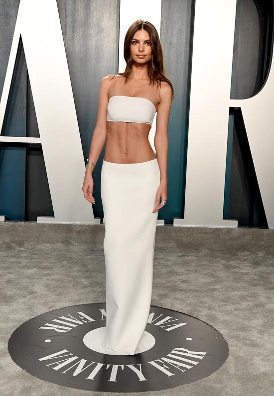 Emily Ratajkowski nổi bật khi đến tiệc của tạp chí Vanity Fair ở Los Angeles vào đêm 9/2. Trang phục khoe trọn phần bụng của người đẹp phim Gone Girl.