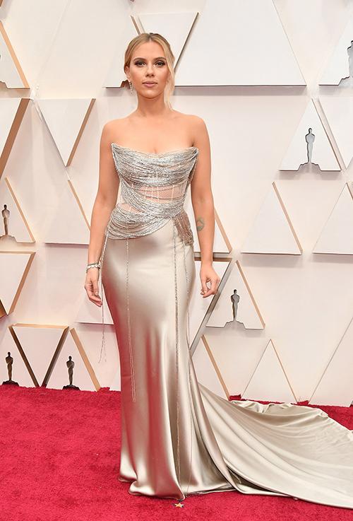 Trong khi đó, goá phụ đen Scarlett Johansson khoe sắc vóc gợi cảm qua mẫu đầm lụa Oscar de la Renta pha lưới và kết dây ánh bạc tinh tế. Cô nhận đề cử Nữ diễn viên chính xuất sắc với phim Marriage Story và Nữ diễn viên phụ xuất sắc ở phim Jojo Rabbit.