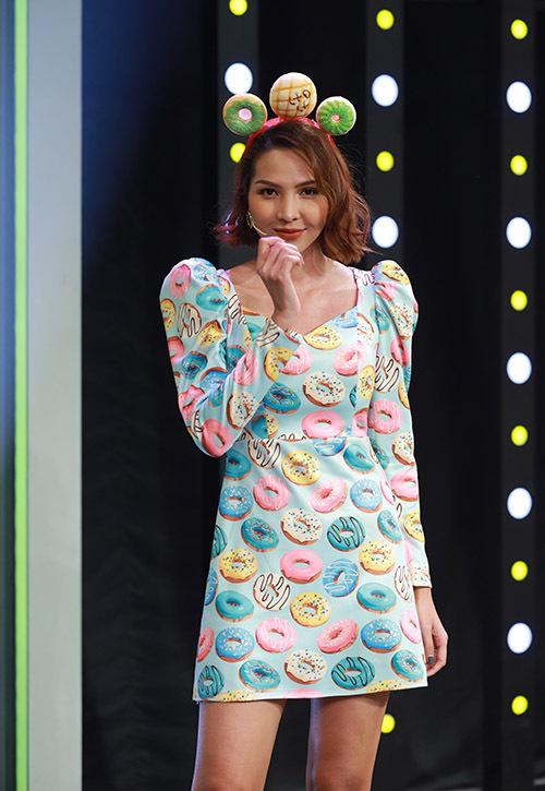 Siêu mẫu Minh Triệu gây chú ý với băng đô và váy hình bánh vòng.