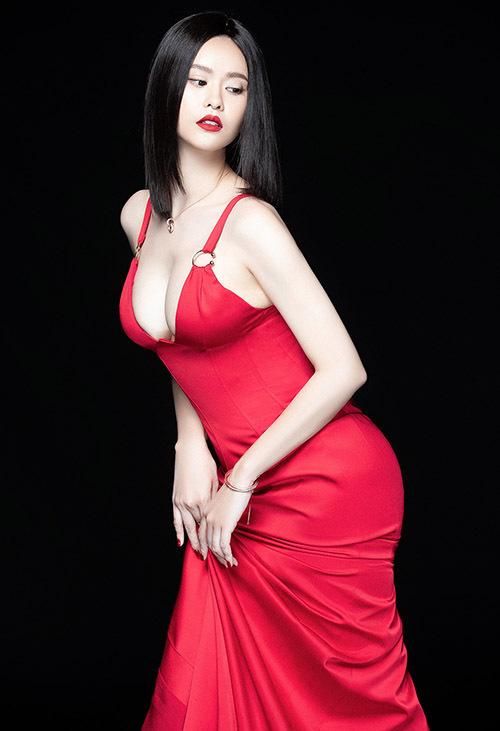 Bà mẹ đơn thân luôn chăm chút dung nhan kỹ lưỡng. Trương Quỳnh Anh khoevòng một đầy đặn, làn da trắng mịn màng.