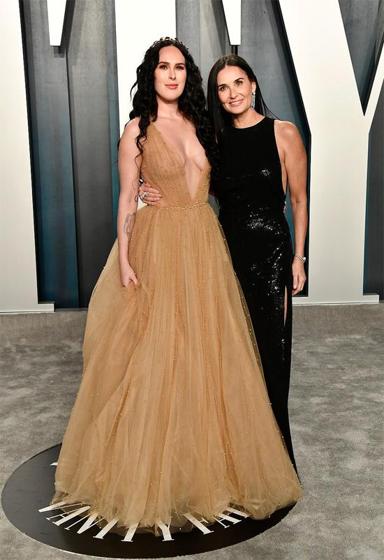 Nữ diễn viênRumer Willis (trái) diện đầm xuyên thấu đi dự tiệc cùng mẹ - minh tinh Demi Moore.