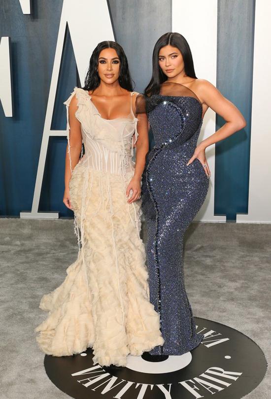 Kim Kardashian đọ đường cong bên cô em út Kylie Jenner.