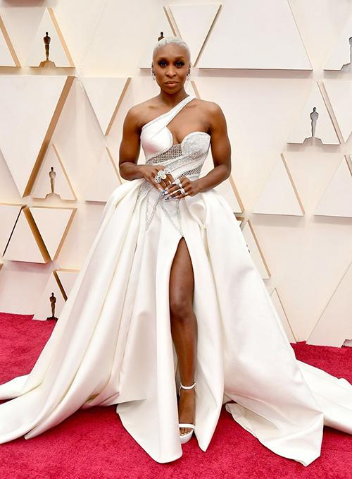 Tương tự, diễn viên da màu Cynthia Erivo cũng thêm phần nữ tính khi khoác trên mình tác phẩm Atelier Versace lộng lẫy.