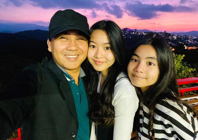 Quyền Linh hay gọi đùa các con là những cô em gái và thường xuyên chia sẻ ảnh ba anh em bên nhau.