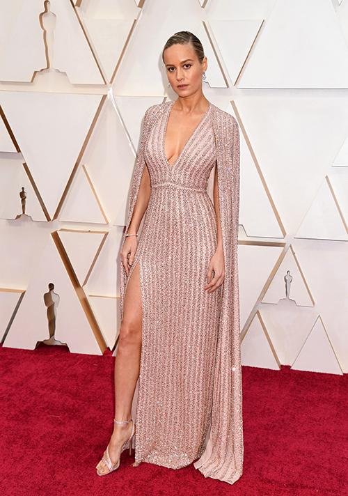 Người đẹp Captain Marvel Brie Larson quyến rũ hơn trong mẫu váy Celine cắt xẻ sexy chừng mực.